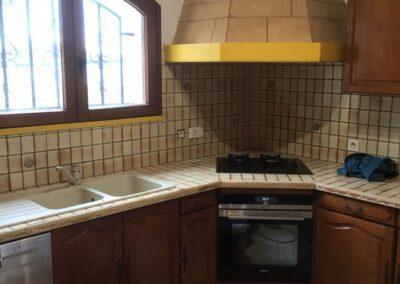 Aperçu de la cuisine avant la rénovation des peintures et du plan de travail