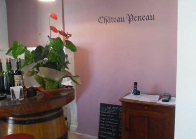 """Lettres peintes """"chateau Peneau"""" sur le mur du chai"""