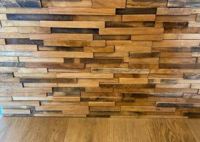 Photo du parement en bois de teck dans l'entrée de l'appartement
