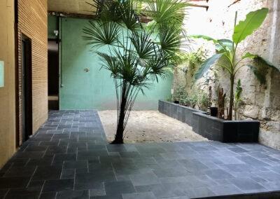 Habillage d'un patio et jardinière en pierre naturelle bleue du Siam à Bordeaux