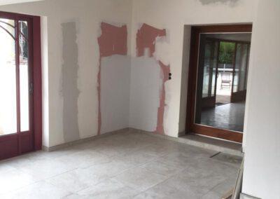 Préparation des murs du salon avant peinture