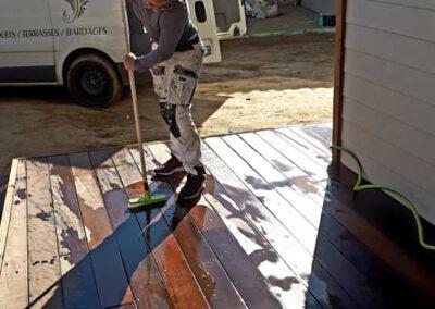 Nettoyage de la terrasse en cours par Sarah