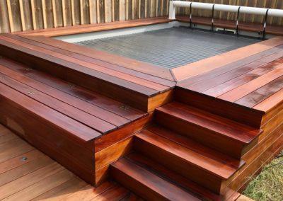 Vue du deck de la piscine pendant le passage de l'huile saturante