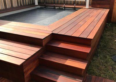 Vue du deck de la piscine après le passage de l'huile saturante.L