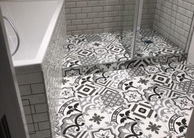 Salle de bain avec sol en carrelage imitation carreaux de ciment